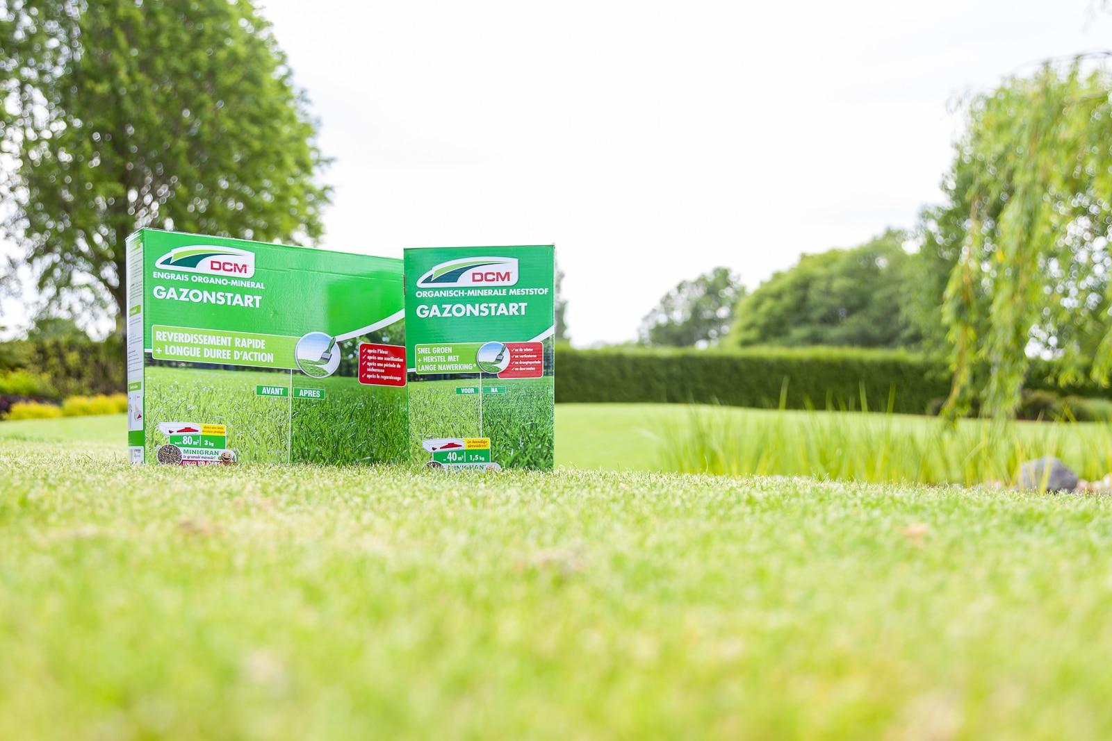 Een goed bemestingsmiddel kiezen. Twee bemestingmiddelen op het gras.
