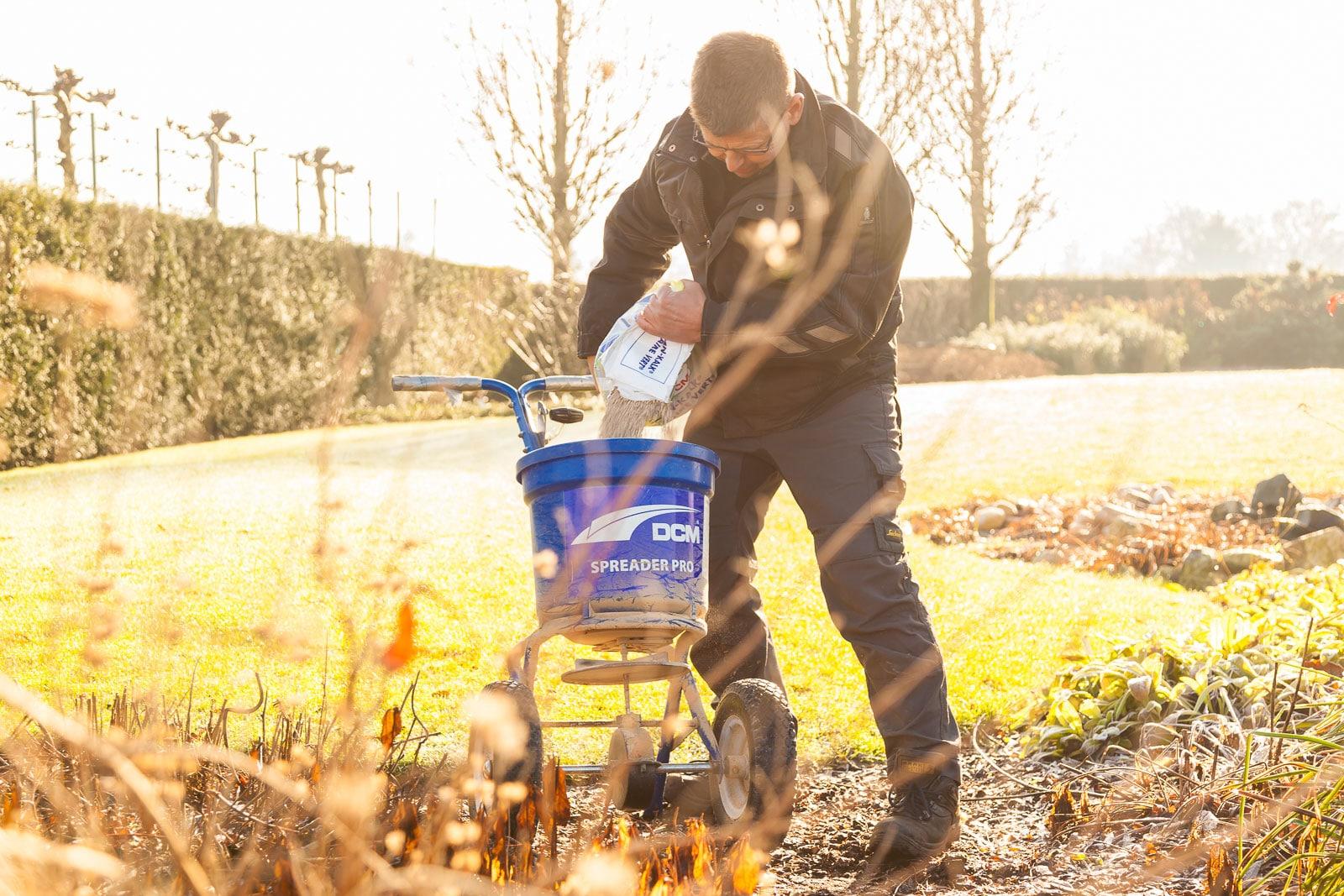 Gert-Jan Schonenberg is kalk aan het klakstrooiaparaat toe aan het voegen